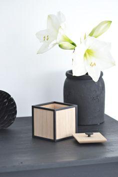 black honeycomb ball grey accessories and white amaryllis - KROnPRINSESSENE: En fin førjulsgave...