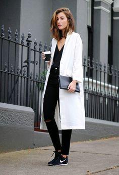 Nos encanta el outfit de esta blogger en el que combina unas sneakers Nike con un total look negro, que rompe con el abrigo blanco.  #blanco #negro #outfit #moda #mujer #estilo #otoño