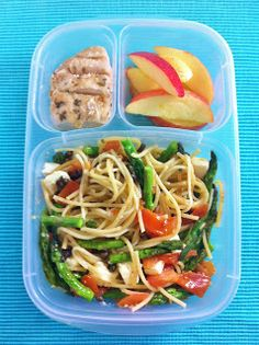 """""""If your teen loves cold pasta for lunch here's a teen lunch idea you may want to try.""""-says another pinned. I am a teen who likes cold pasta sometimes sooooo I will check this out. Healthy Lunches For Work, Healthy Snacks, Healthy Eating, Healthy Recipes, Detox Recipes, Clean Eating, Lunch Box Bento, Lunch Snacks, Pasta Lunch"""