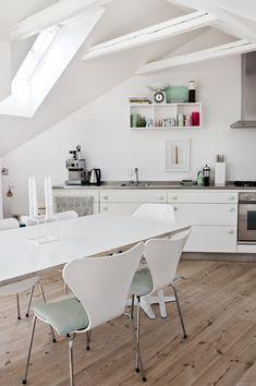 Un ático de estilo nórdico en pasteles en Copenhague