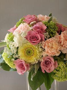 遠くはるばる富山までお祝いにお届けさせて頂きました 娘さんの結婚を祝うお花をお母...