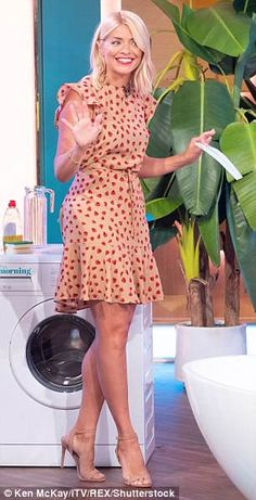 Turning heads: The TV presenter, dazzled in an affordable nude and red dress with a drawstring waist from online brand Holly Willoughby Hair, Holly Willoughby Outfits, Dressy Casual Outfits, Stylish Outfits, Elegantes Outfit, Tv Presenters, Work Attire, Office Attire, Work Fashion