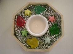 Jabonera octogonal de 22cm de diámetro, vela blanca, 4 jaboncitos de glicerina Papa Nöel 3D y 4 con forma de estrella, varios colores y esencia de limón.