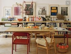 Dining room with low bookcase, vintage art, mismatched chairs The Best of interior decor in - Interior Design Ideas for Modern Home - Interior Design Ideas for Modern Home Architectural Digest, Deco Design, Flat Design, Design Design, Home And Deco, Dining Furniture, Plywood Furniture, Interiores Design, Home And Living