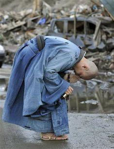 A monk praying for the victims of the tsunami Japanese Monk, Japanese Buddhism, Buddhism Zen, Buddhism Religion, Buddha, Japan Earthquake, Buddhist Monk, Portraits, Nihon
