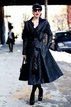 Con un abrigo estampado con vuelo, 'peep-toes' y en total black, es inevitable que este look nos transporte a un estilo algo maquiavélico.