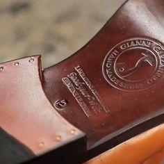 Esta es la suela del mejor calzado del mundo. ¿Te imaginas como es el zapato? Te damos pistas: se llama goodyear-welt, es de confección artesanal, piel de calidad superior, diseño italiano máximo confort y elegancia. Descúbrelo en @masaltos y consíguelo ahora antes de que se agoten.  #masaltos #zapatosconalzas #goodyearwelt #moda #fashionmen #menstyle