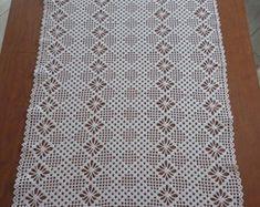 CAMINHO DE MESA EM CROCHÊ Crochet Square Patterns, Lace Patterns, Crochet Blanket Patterns, Crochet Designs, Crochet Table Runner, Crochet Tablecloth, Crochet Doilies, Diy Crafts Crochet, Crochet Projects