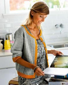 Love the relaxed fit and colors: Strik selv: Smuk grå cardigan med karrygul kant - Hendes Verden Baby Knitting Patterns, Loom Knitting, Crochet Cardigan, Knit Crochet, Knit Jacket, Crochet Clothes, Mantel, Knitwear, Sweaters For Women