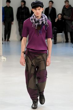 the emphasis here is ton the neck. the scarf contrasts with the rest of the outfit, drawing in more attention.