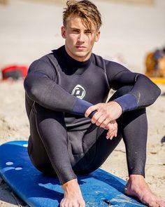 Bulging wetsuit for the perfect male Beautiful Men Faces, Gorgeous Men, Mode Masculine, Men In Tight Pants, Hot Men Bodies, Surfer Boys, Lycra Men, Hunks Men, Male Hunks
