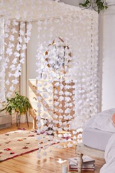 Metallic Petal Vine Garland Backdrop - Decoration World Cute Room Decor, Flower Room Decor, Teenage Room Decor Diy, Diy For Room, Cheap Room Decor, Easy Diy Room Decor, Wall Decor, Room Ideas Bedroom, Bedroom Designs