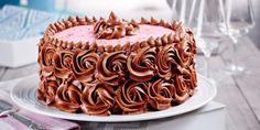 no: Et kunstverk av en sjokoladekake - med bringebærfyll. Chocolate Raspberry Cake, Chocolate Cakes, Raspberry Filling, Yummy Cakes, Vanilla Cake, Baking, Sweet, Desserts, Recipes