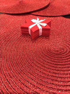 Así de vistosa lucirá mi mesa mañana de la mano de #betikokafea y @rctss #rojo #navidad #nochevieja #donostia #sansebastian #gipuzkoa #paisvasco #basquecountry #paysbasque #littleblackandsilverdress