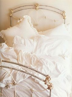 Love this vintage iron bed, gorgeous~❥