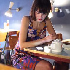 Norma fait une #PauseThé chez notre voisine @brasserie_ilcaffe au #CoursJulien et porte très bien robe Tablier imprimé fleuris, nouvelle collection #PE16 #MadeInMarseille #MadeInFrance