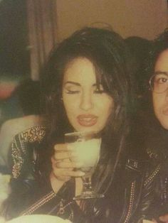 -Selena Quintanilla- loved this hair style of hers Selena Quintanilla Perez, Selena And Chris, Selena Selena, Divas, Selena Pictures, Doja Cat, Her Music, American Singers, Role Models