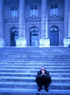 Krzysztof Kieślowski on the steps of the Palais de Justice in Paris, where he filmed sequences from Bleu and Blanc.