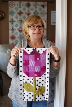 you ready for my Tulip Fest Sew Along! (Pat Sloan Quilt) Are you ready for my Tulip Fest Sew Along!Are you ready for my Tulip Fest Sew Along! Colchas Quilting, Quilting Projects, Quilting Classes, Sewing Hacks, Sewing Tutorials, Sewing Tips, Purple Tulips, Flower Quilts, Leftover Fabric