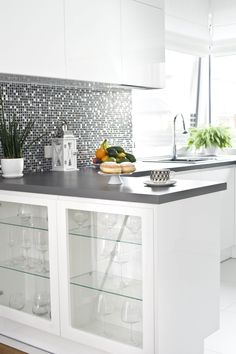 #Modern #kitchen with #glamour glitter mosaic elements. The #white colour in the interior of the kitchen adds space and a sense of cleanliness. #interior #design #ideas #inspirations #decor #Kuchnia #nowoczesna z elementami błyszczącej mozaiki glamour. K
