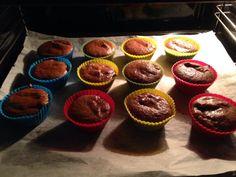 """Zutaten: 2 Becher Mandelmehl 2 TL Backpulver 1/4 TL Salz 1/2 Becker geschmolzene Butter 4 Eier 1/3 Becher Wasser Zuckerersatz, Empfehlung 1/3 Becher Zubereitung: 1) Offen auf 200 Grad vorheizen 2) Muffinform vorbereiten 3) Alle """"trockenen"""" Zutaten gut miteinander vermischen 4) """"Feuchte"""" Zutaten hinzufügen und gut durchmischen . 5) Muffinform befüllen und ca. 15 Minuten … Grad, Keto Snacks, Muffins, Breakfast, Desserts, Recipes, Salt, Water, Morning Coffee"""