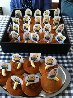 Eierkoek, snoepje, prikkertje gemaakt van de minions, traktatie, klas Minions, Healthy Treats, Cookies, Birthday, Party, Desserts, Kids, Finger Food, Tailgate Desserts