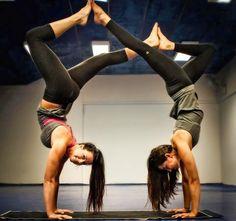 STYRKE: I YogaUnião/Primal Yoga er det mange akrobatiske øvelser - blant annet håndstående. Det er også dette som er noe av grunnen til at det er så tøft styrkemessig. Her er Stine Hegre og Liz Arch i aksjon.