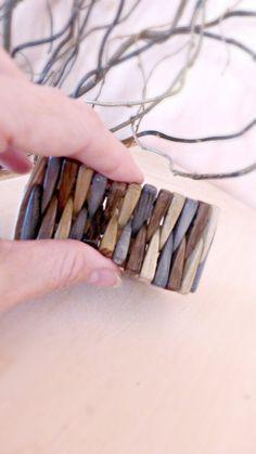Deze armband gemaakt van ash, blauwe grenen, eiken driehoek vorm houten kralen. De kleuren zijn: grijze, aardse groen, donker bruin. De kralen zijn van soepele aaneengeregen op zwarte elastische koord het brede deel aan de zijkanten en dun in het midden, waardoor deze buigzaam foto # 5. Deze armband is ook omkeerbaar. Zeer lichtgewicht en soepele textuur van de kralen maakt deze armband ongelooflijk comfortabel!  Care instructie - voorkomen van contacten met water, opslaan in de droge…