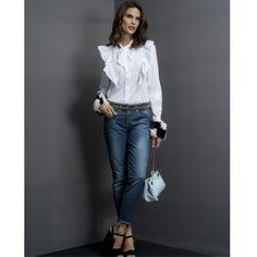 Casual nada básico! Camisa com jabô, amarrações e aplicações removíveis nos punhos. Combine com jeans de modelagem atualíssima + cinto de pedraria.❤️    Camisa:: 11711147  Calça::1171053    #SoulRS #BeYourself #inverno2017 #reginasalomao #NewCollection #streetstyle #alfaiataria #camisa #denim #bluejeans #jeans #fashiontrend