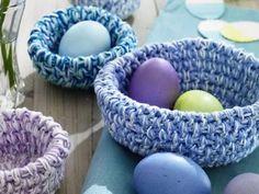 Verspielte, süße Osterkörbe für den Frühling Crochet Triangle, Easter Crochet, Patterned Socks, Basket Decoration, Diy Embroidery, Gardening For Beginners, Christmas Baubles, Easter Baskets, Easter Crafts