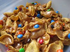 Party food - Salty Sweet Peanut Butter Caramel Funky Fritos - Instead of the M, I melted 1 cup of choc chips and 1 cup of butterscotch chips together and drizzled it over the top. Use two bags of Frito Scoops chips. Yummy Snacks, Delicious Desserts, Yummy Food, Salty Snacks, Yummy Treats, Quick Snacks, Tasty, Köstliche Desserts, Dessert Recipes
