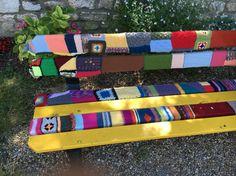 Planken in bankje bij de kerk in Champagne omhuld met mooi breiwerk