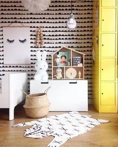 Papier peint design scandinave b&w et touche de jaune