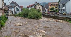 Nach tagelangen Regenfälle ist besonders der Süden Niedersachsachsen von Hochwasser bedroht. Die Innenstadt von Goslar steht unter Wasser, der Bahnhof in Bad Harzburg und die Universität in Hildesheim wurden geschlossen. Schwere Überschwemmungen wie im Juni 2016 in Niederbayern gelten als unwahrscheinlich, sagt Weather-Channel-Meteorologe Jan Schenk. Doch die Gefahr ist noch nicht vorbei.