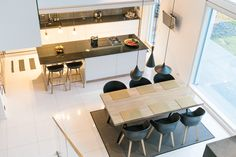 Modernin keittiö- ja ruokailutilan sisustuksessa on skandinaavista selkeämuotoisuutta ja sävymaailmaa. Klikkaa kuvaa, niin näet tarkemmat tiedot!