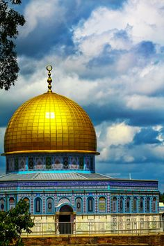 Dome of the Rock - shrine located on the Temple Mount in the Old City of Jerusalem, Israel No matter what you think of Islam… this is a beautiful piece of architecture…. Mosque Architecture, Art And Architecture, Islamic World, Islamic Art, Aya Sophia, Palestine Art, Naher Osten, Dome Of The Rock, Temple Mount