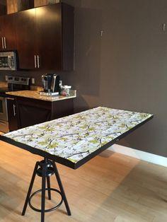Si comme moi vous n'avez pas beaucoup de place chez vous ou si vous habitez un petit appartement, voici ma bidouille pour créer un miroir qui se déplie pour obtenir une table pour 6 personnes. Matériel : Miroir IKEAMONGSTAD Tabouret de bar IKEA DALFRED Charnières de porte x 2 – exemple ici :http://amzn.to/2eoIRAC Crochets avec œil de porte x2 –exemple ici :http://amzn.to/2eoJA4F Description: 1) Fixez les deux charnières enbas du miroir 2) Fixez deux oeillet...