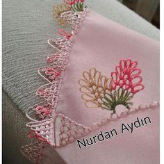 @nurdanaydnn 👈  #sunumönemlidir #igneoyasimodelleri #sunum #elemeği #göznuru #ceyizlik #havlu #moda #cool #mutfakhavlusu #namazörtüsü… Knitted Poncho, Knitted Shawls, Piercings, Knit Shoes, Crochet Borders, Sweater Design, Baby Knitting Patterns, Knitting Socks, Crochet Flowers