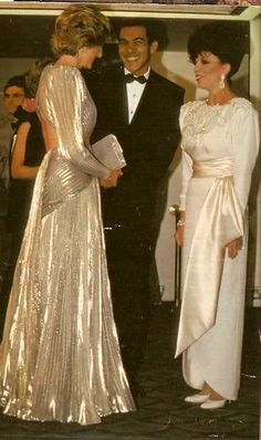 Dazzling Princess Diana upstaged the soap opera queen Joan Collins. Diana glided in, looking as if she had stepped of the set of Dallas. Bruce Oldfield designed both dresses. Lady Diana Spencer, Prince And Princess, Princess Of Wales, London Stil, Princess Diana Fashion, Joan Collins, Princes Diana, Elisabeth Ii, Charles And Diana