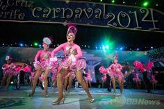 スペイン領カナリア(Canary)諸島テネリフェ(Tenerife)島のサンタクルス・デ・テネリフェ(Santa Cruz de Tenerife)で開催されているサンタクルス・カーニバル(Carnaval de Santa Cruz de Tenerife)のメーンステージで踊るダンサーたち(2014年2月22日撮影)。(c)AFP/DESIREE MARTIN ▼24Feb2014AFP|カナリア諸島のカーニバル、華やかなダンサーら競演 http://www.afpbb.com/articles/-/3009187