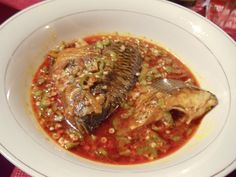 Ghana dish: okro (okra) soup with fish Tilapia Recipes, Fish Recipes, Soup Recipes, Ghanaian Food, Nigeria Food, West African Food, Soul Food, Food Dishes, Food To Make
