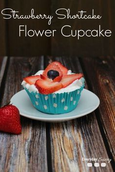 Strawberry Shortcake Cupcake Recipe with Flower Strawberry - So easy, so yummy and so cute! Cute for Fourth of July. Shortcake Cupcake Recipe, Strawberry Shortcake Cupcake, Strawberry Flower, Cupcake Recipes, Cupcake Cakes, Dessert Recipes, Easy Desserts, Delicious Desserts, Yummy Treats
