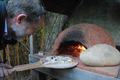 Cette famille normande a construit un four à pizza et vous livre sa méthode et ses conseils pour faire de même. Le barbecue n'a qu'à bien se tenir ! Four A Pizza, Barbecues, Gardens, Pizza Oven Outdoor, Bread Oven, Build A Pizza Oven, Cooking Food, Tips