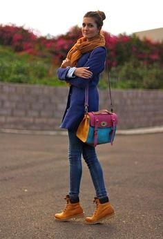 Синее пальто с джинсами, тимберлендами и шарфом