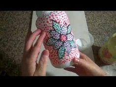 Garrafa decorada com casca de ovos.