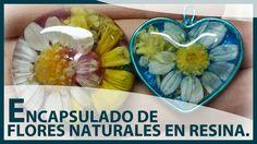 Con tus flores favoritas y un poco de resina podrás elaborar preciosos colgantes para el verano.