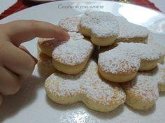 i biscotti soffici alla ricotta sono leggerissimi non essendoci nè burro e nè olio. Sono ottimi a colazione inzuppati nel latte.