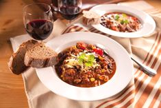 Chilli con carne, alebo chilli s mäsom je pôvodne skvelý mexický guláš. U nás ho oceníme najmä v chladnom období, kedy nás zohreje jeho pikantnosť.