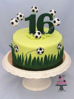 Football Cakes For Boys, Football Themed Cakes, Sports Themed Cakes, Football Soccer, Football Birthday Cake, Soccer Birthday Parties, 16 Birthday Cake, 16th Birthday, Fondant Cupcakes