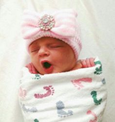 Newborn baby girl hat. I so need this for when i take my babygirl home from the hospital